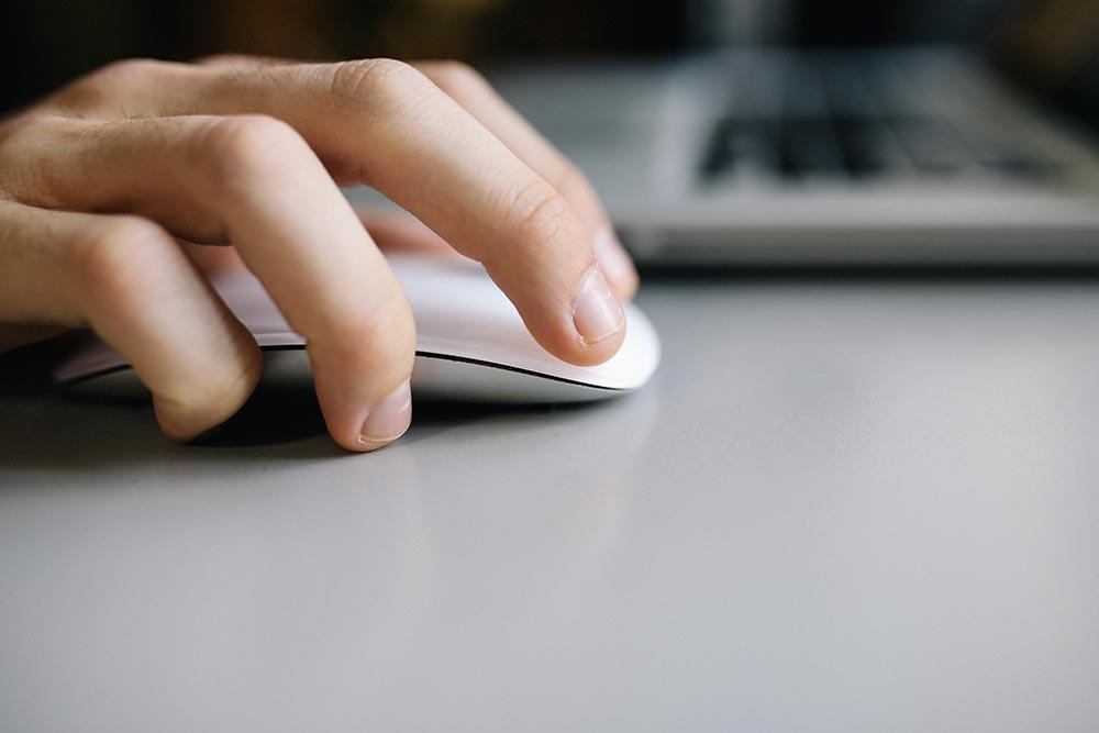 Une main sur une source informatique.